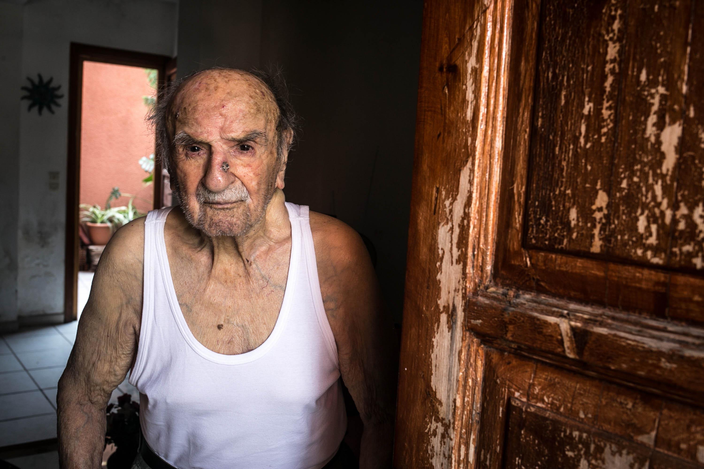 Ο Κώστας Σπανός είναι ένας από τους πιο ηλικιωμένους ανθρώπους στο νησί. Είναι τώρα 104 χρονών και ακόμα μπορεί και αυτοεξυπηρετείται. Φωτογραφία: Nicola Zolin