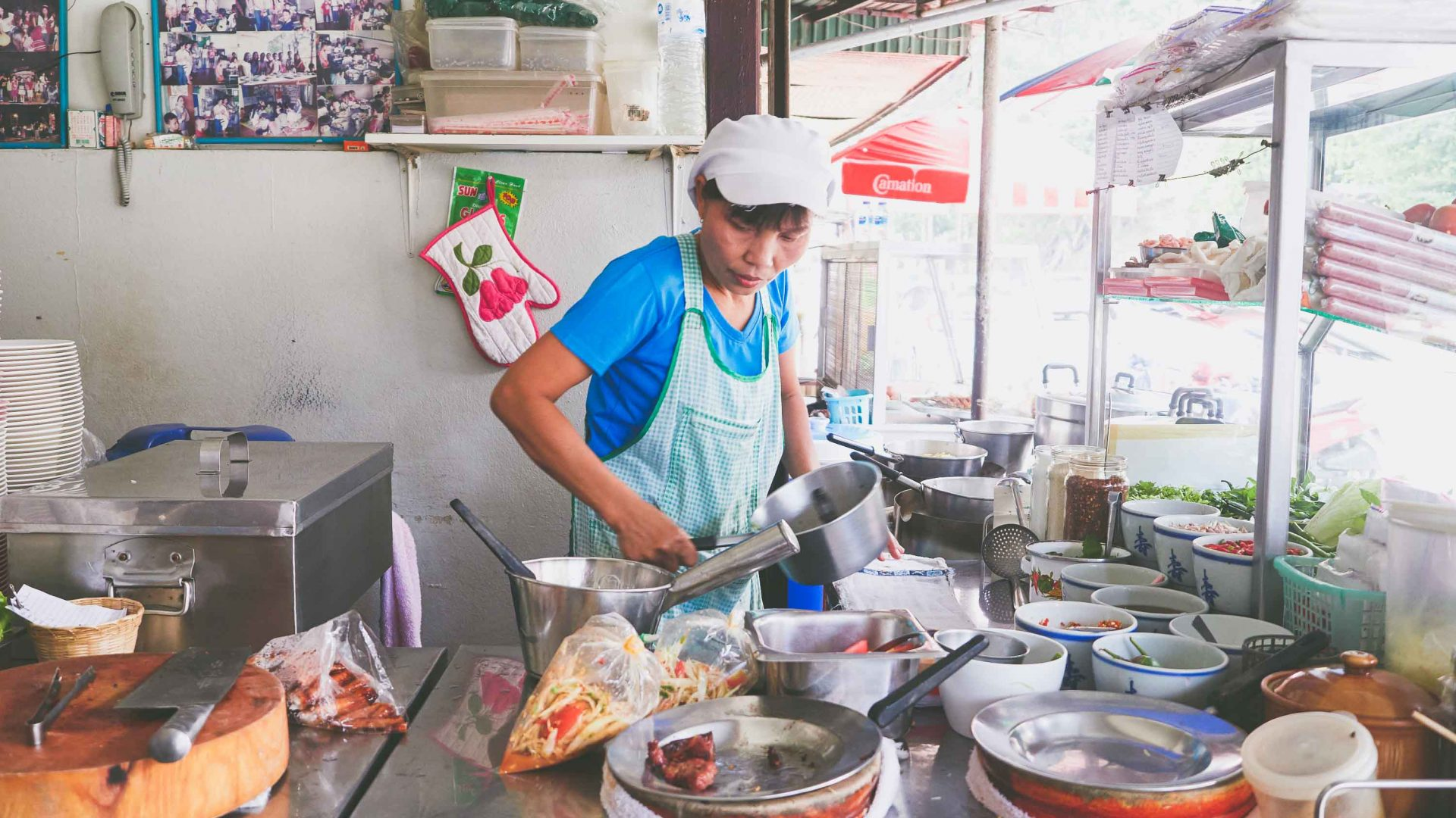 Chiang Mai street food: Malli Chaiya cooks up a storm at her papaya salad stall 'Toy Roszab' on Chiang Mai's Kampangdin Road.