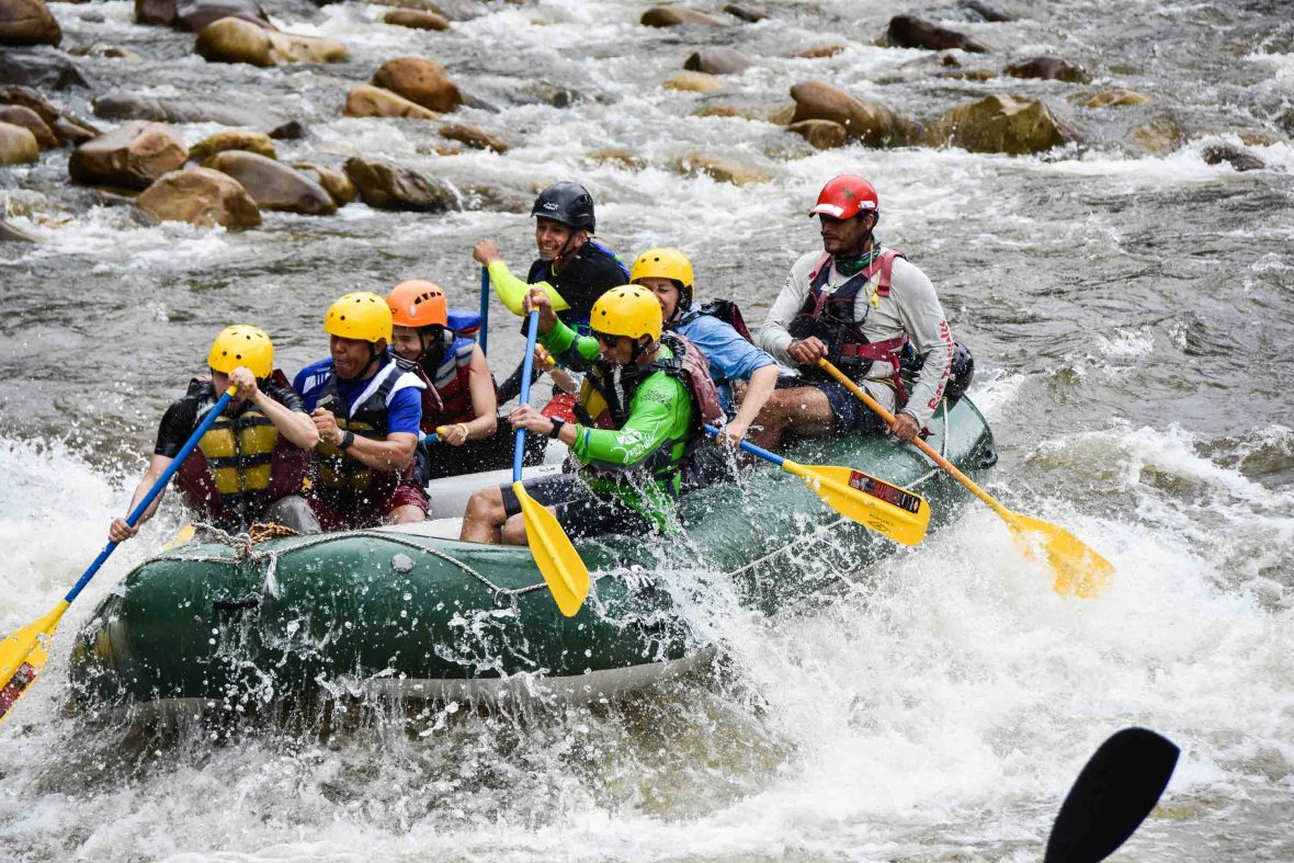 Head of the Colombian National Reintegration Agency and the deputy head of the UN Verification Mission in Colombia go down the Pato River at the inauguration of the former combatants' tourism project.